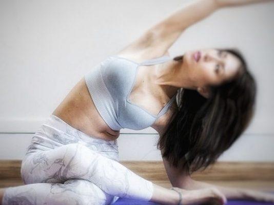 Natsumi profesora yoga retiro mindfulness mente feliz
